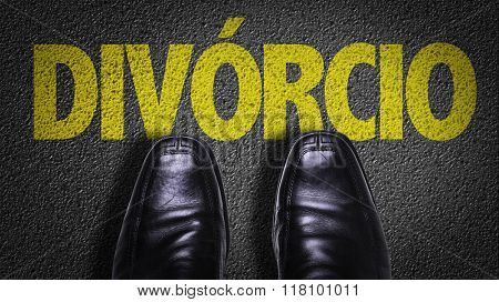 Top View of Business Shoes on the floor with the text: Divorce (in Portuguese)