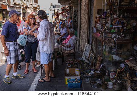 Flea market - disputation between  peddler and customers