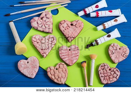 Making souvenirs from salty dough for Valentine's Day. Art project handmade. DIY. Step-by-step photo instructions. Step 14. Decoration hearts with prints from knitted napkins in vintage style