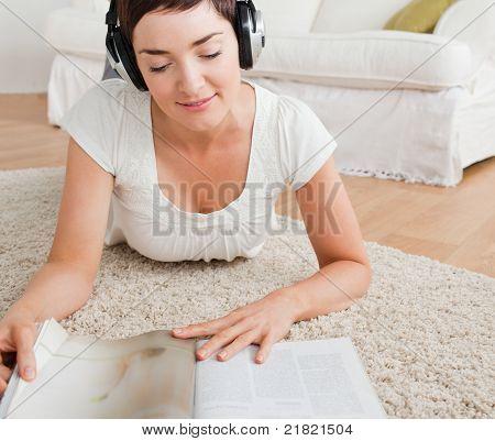 Frau Lesen einer Zeitschrift und genießen Sie einige Musik