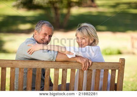 Glückliche ehemaliger paar auf der Bank sitzen