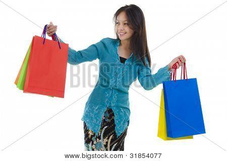 Mulher na tradição exploração Kebaya saco colorido.