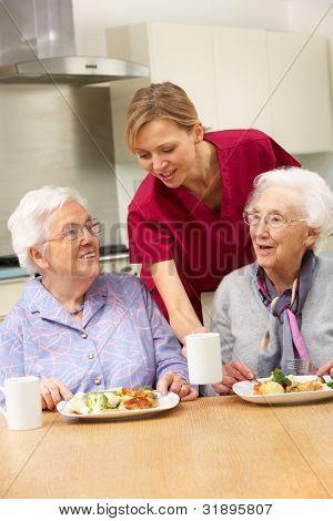 Alte Frauen mit Pfleger Essen zu Hause