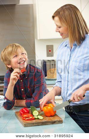 Mutter und Sohn, die Zubereitung von Speisen in der Küche
