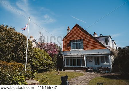 Staines-upon-thames, Spelthorne  | Uk -  2021.04.24: Beautiful Riverside Cottage House Next To The T