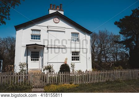 Staines-upon-thames, Spelthorne  | Uk -  2021.04.24: Penron Hook Lock House On The Thames River Emba
