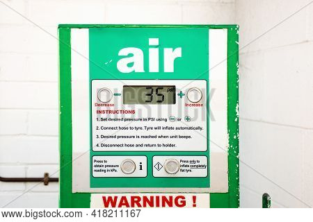 Air Service For Vehicle Tires. Automatic Inflator With Pressure Level Indicator On 35 Psi At Gas Sta
