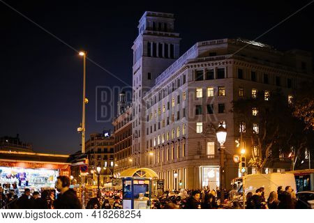 Barcelona, Spain - Nov 17, 2017: Iconic Placa De Catalunya With Hundreds Of People At Dusk And Iconi