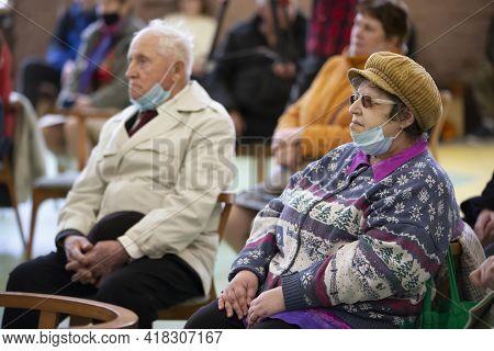Belarus, The City Of Gomil, April 17, 2021 Meeting Club Of The Elderly. Elderly People In Medical Ma