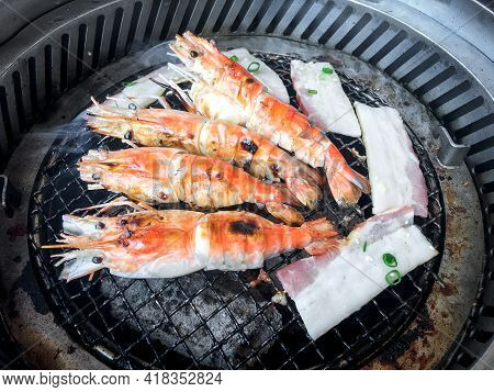 Cooking Grilled Shrimp With Oven Charcoal.