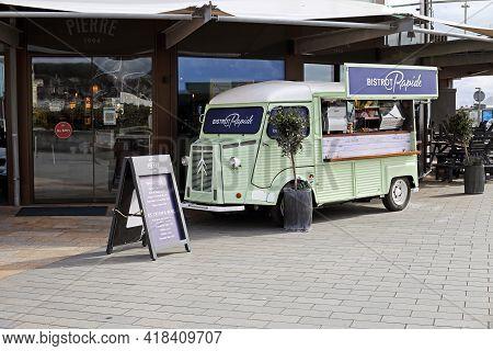 Weston-super-mare, Uk - April 9, 2021: A Citroën H Van In Use As A Mobile Café Outside Bistrot Pierr