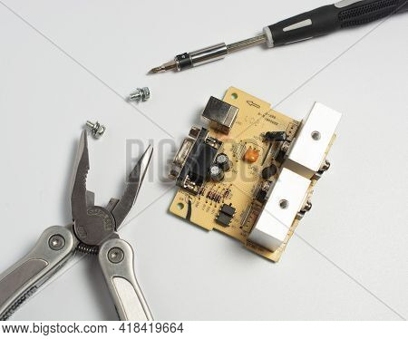 Repair Of The Power Supply Circuit With Powerful Transistors And Com Port. Next To It Lies A Multito