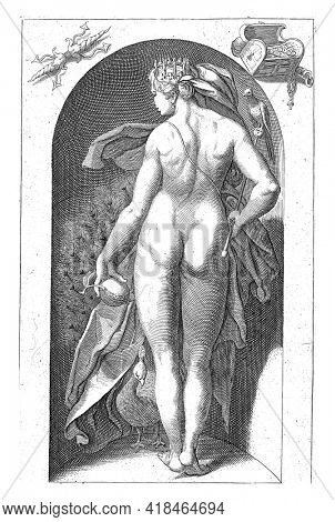A statue of the goddess Juno with her peacock, placed in a niche. Juno is holding a pomegranate and a scepter with a cuckoo in her hands. She has a crown on her head. With a Latin caption.