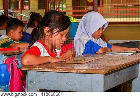 Keningau,sabah,malaysia-apr 21,2015:malaysian School Children Students Reading Book Study In Classro
