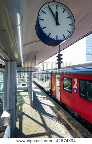 ���¶bb train in the station, symbol photo for commuting, transportation and punctuality