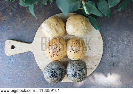 Bun Or Sesame Bun, Whole Wheat Bun With Sesame Topping