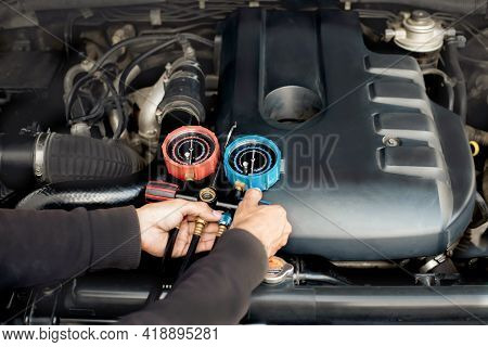 Car Air Conditioner Check Service, Leak Detection, Fill Refrigerant.device And Meter Liquid Cooling