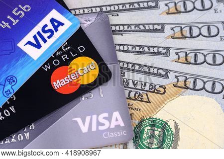 Moscow - 22 Februar 2020: Credit Cards, Visa And Mastercard With American Dollars.