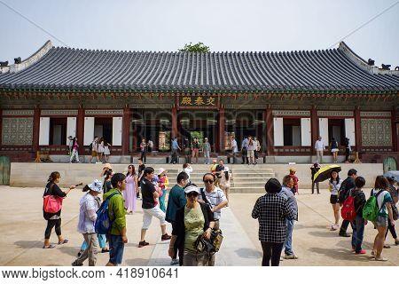 Seoul, South Korea - 1 June 2014, Tourists Are Walking Around The National Folk Museum Of Korea In J