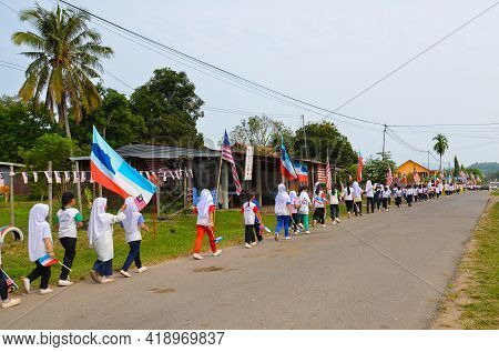 Keningau,sabah,malaysia-aug 29,2014:school Students With Malaysian And Sabah Flag Marched During The