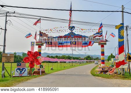 Keningau,sabah,malaysia-sept 22,2015:view Of The Entrance To Merampong Village With Colourful Malays