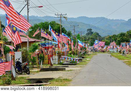 Keningau,sabah,malaysia-sept 22,2015:malaysian Flags Or Jalur Gemilang Flags Bunting Hanging In A St