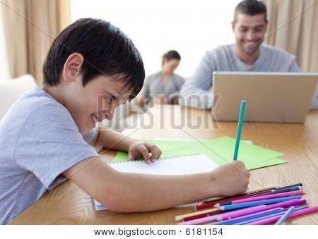 Boy Zeichnung und Eltern zu Hause arbeiten