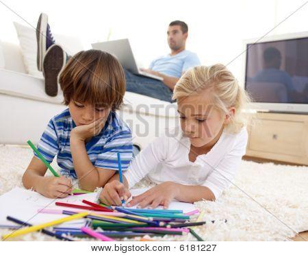 Kinder Malerei im Wohnzimmer und Vater mit einem laptop