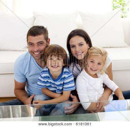 Porträt von glücklichen Familie lächelnd im Wohnzimmer
