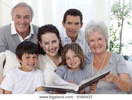 lächelnd Familie betrachten ein Photoalbum