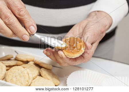 Cookies preparation : Filling cookies with caramelised milk