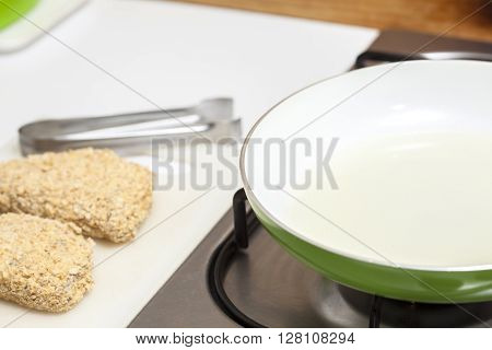 Cordon bleu preparation : Heating the oil to fry a cordon bleu