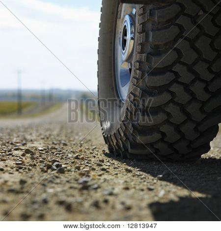Vista de ángulo bajo de neumático de camión en ripio en rural de Dakota del sur.
