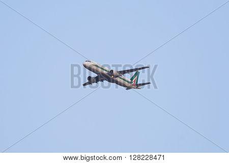 Flying Airbus 320 Aircraft, Alitalia Domestic Flight