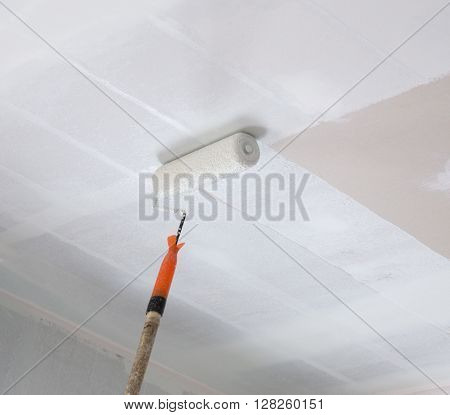 painting a gypsum plaster ceiling with painting roller