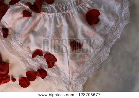 Panties of silk and lace with rose petals