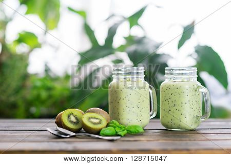 Kiwi green detox smoothie in two cups