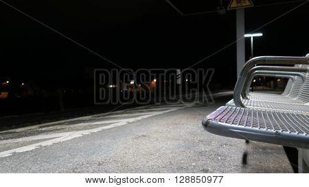 Nachts am Bahnhof, Sitze bzw. Bank vor einem Zuggleis