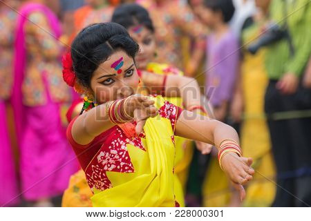 Kolkata , India - March 12, 2017: Dancing Poses Of Girl Dancers , Dressed In Yellow And Red Coloured