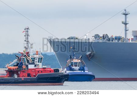 Maritime Transport - Lng Tanker With Tug And Fireboat