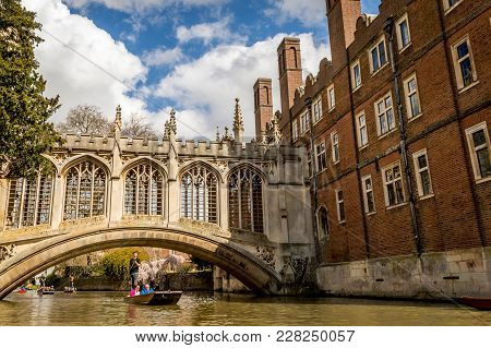 Cambridge, England - April 17, 2016: People Punting On The Cam River, Passing Under The Bridge Of Si