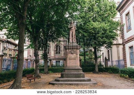 Города Кольмар Франция памятник франко-немецкому поэту