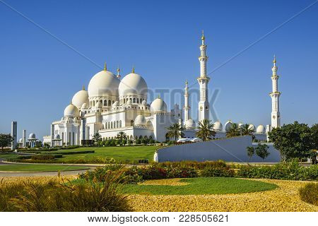 Imposing Sheikh Zayed Grand Mosque In Abu Dhabi 2