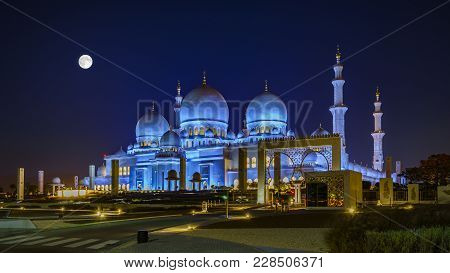 Sheikh Zayed Grand Mosque In Abu Dhabi At Full Moon Night