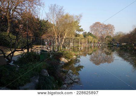 Hangzhou, China-jan 08, 2018: Unidentified People Walk Around The Beautiful Scenic Area In West Lake