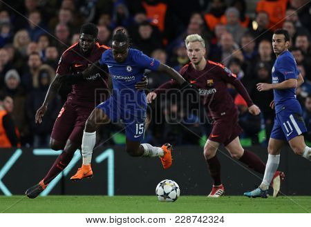LONDON, ENGLAND - FEBRUARY 20: Samuel Umtiti of Barcelona and Victor Moses of Chelsea during the Champions League Round of 16 First Leg match between Chelsea FC and FC Barcelona at Stamford Bridge