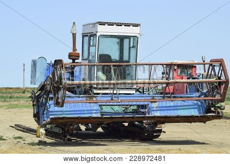 Rice Header Combine Harvester. Old Rusty Combine Harvester. Combine Harvesters Agricultural Machiner