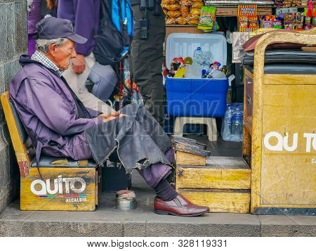 Quito, Ecuador, September 29, 2019: Local Shoe Shinner Or Cleaner At The Historic Centre Of Quito, E