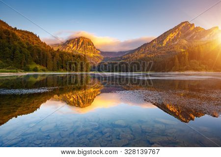 Morning views of the turquoise Lake Obersee. Location famous resort Nafels, Mt. Brunnelistock, Swiss Alps, Europe. Attractive wallpaper. Popular tourist attraction. Discover the beauty of earth.