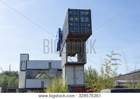 Stekene, Belgium, 14 September 2019, Heel Oude Scheeps-containers Op Elkaar Gezet, Hier Zie Je De In